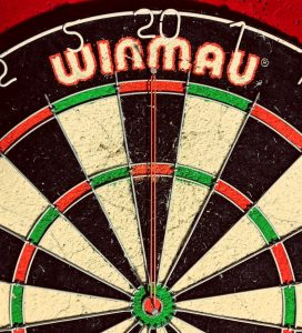 Dart Training mit Gummi am Dartboard