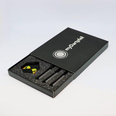 Dart Box mit Dartpfeilen in schwarz