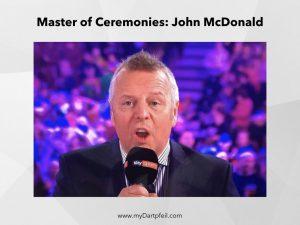 John McDonald als Master of Ceremonies beim Darts