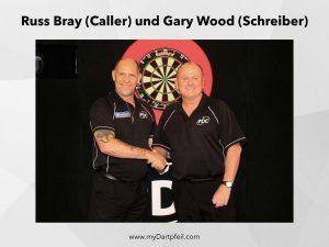 Russ Bray als Darts Caller und Gary Wood als Schreiber oder Scoring Official