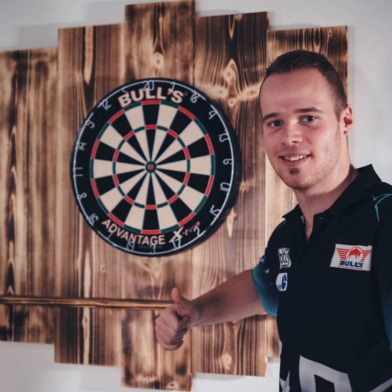 Wooden Dartboard Surround für Dartscheibe aus Holz mit Dartspieler Max Hopp