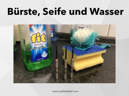Darts reinigen mit Bürste, Wasser und Seife