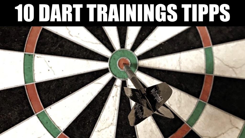 10 Dart Trainingstipps Schriftzug vor Dartscheibe mit Dartpfeil im Bulls-Eye