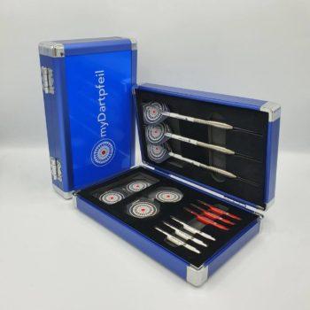 Zwei Aluminium Darts Cases in blau geschlossen und offen mit Dartpfeilen, Dart Schäften und Dart Flights