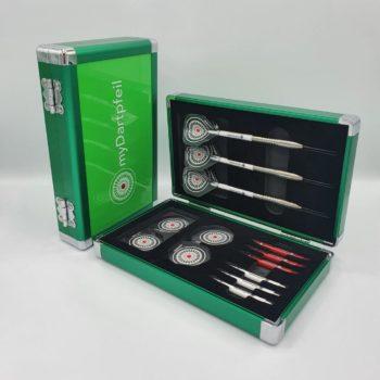Zwei Aluminium Darts Cases in grün geschlossen und offen mit Dartpfeilen, Dart Schäften und Dart Flights