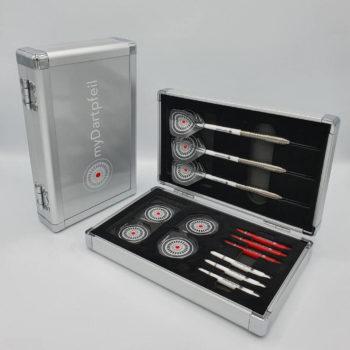 Zwei Aluminium Darts Cases in silber geschlossen und offen mit Dartpfeilen, Dart Schäften und Dart Flights