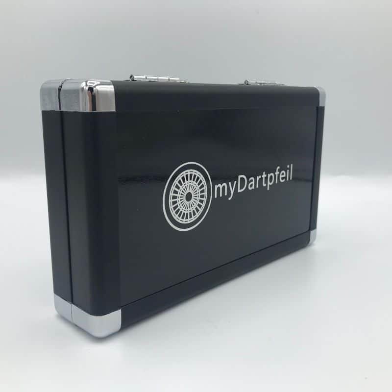 Schwarzes Aluminium Dartcase mit myDartpfeil Logo von vorne