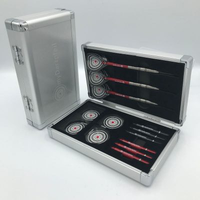 schwarzes Aluminium Dartcase mit myDartpfeil Logo von vorne und geöffnet