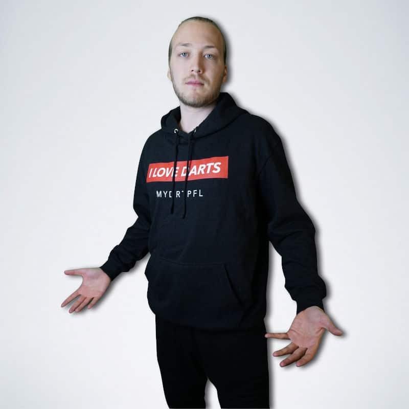 """schwarzer Pullover mit weißen Schriftzug """"I love Darts"""" auf rot"""