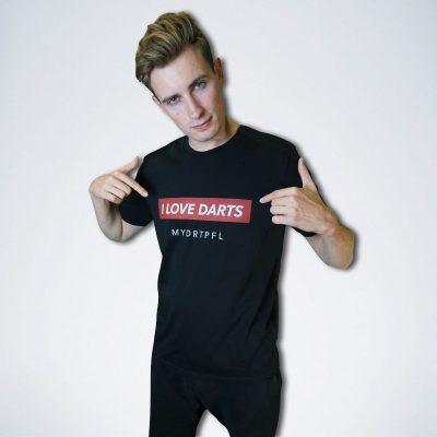 """schwarzes T-Shirt mit weißen Schriftzug """"I love Darts"""" auf rot"""