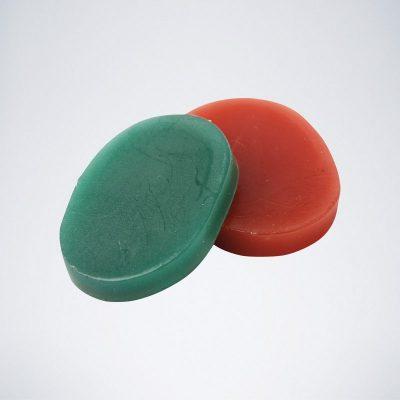 Zwei Finger Dart Wachs Steine für Dartspieler in rot und grün