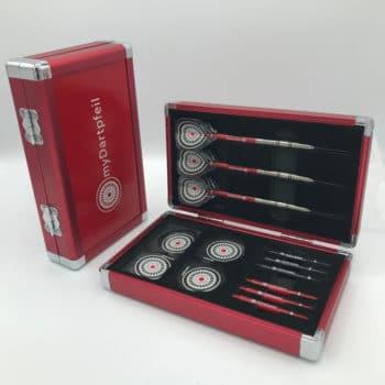 rotes Aluminium Dartcase mit myDartpfeil Logo von vorne und geöffnet