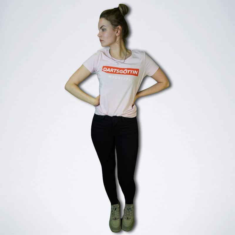 """pinkes Damen T-Shirt mit weißem Schriftzug """"Dartsgöttin"""" auf rot von vorn"""
