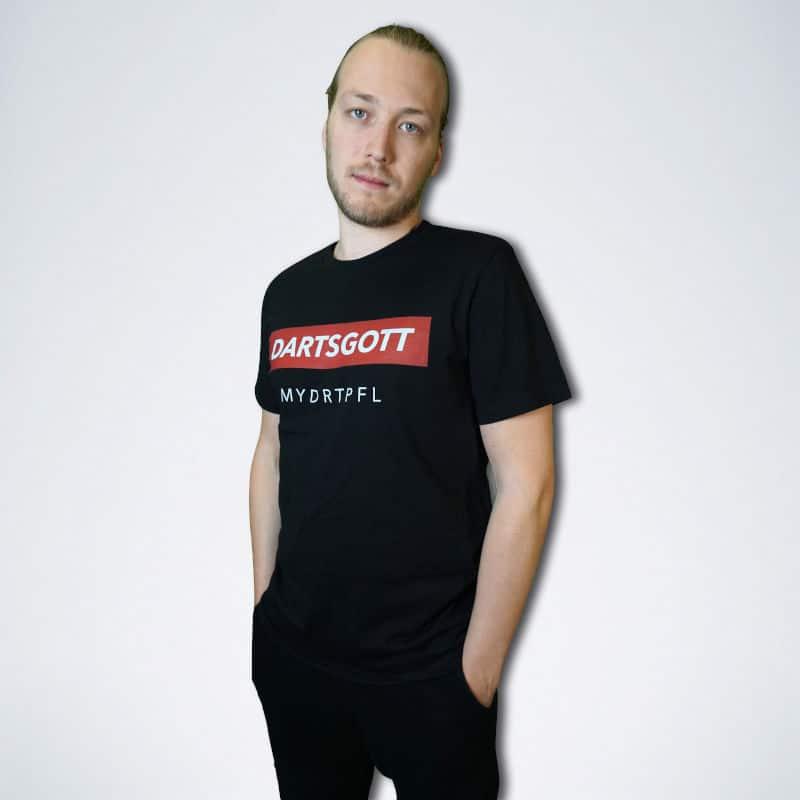 """schwarzes Herren T-Shirt mit weißem Schriftzug """"Dartsgott"""" auf rot von vorne"""