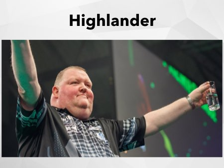 John Henderson lässt sich mit ausgestreckten Armen auf der Bühne feiern