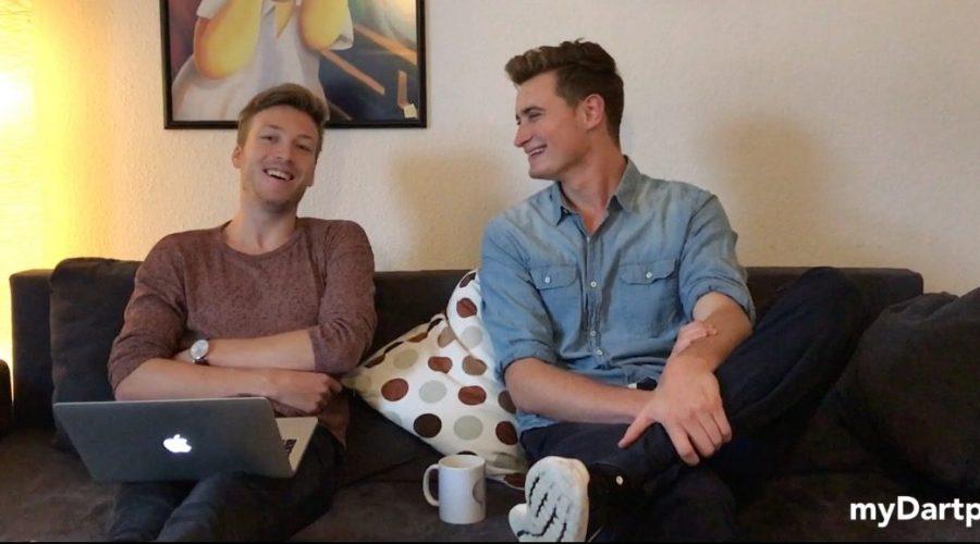 myDartpfeil Gründer Timm und Lukas sitzen auf dem Sofa und lachen